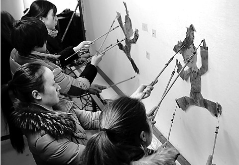 现代人物,花鸟,动物相结合,内容更丰富多彩,在河南省皮影戏演出中开了